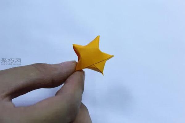 首页 手工折纸 折千纸鹤  将星星放在透明的玻璃瓶内,作为装饰品.