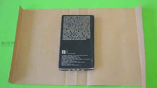 舊日歷包書皮方法步驟 教你如何用廢舊紙包書皮 3