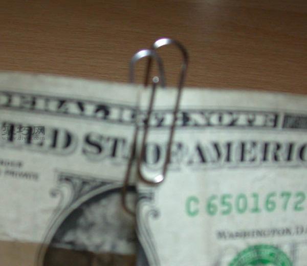 怎样用纸币妙扣两个回形针 简单易学曲别针魔术教程
