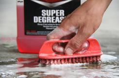如何清洗路上的油漬 用去油產品清除車道上的油漬圖片教程