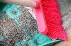 用�砂吸油清除�道上的油�n�D片教程