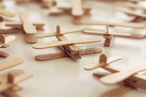 多架木夹和冰棒棍手工制作的飞机放在一起是不是更有乐趣呢,有时间