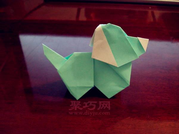 一个超级可爱的立体小狗狗折纸,这个小狗的折法虽然有点小复杂,但是折出来的效果非常的完美,不但是立体的,而且超可爱哦,拿出你的折纸一起来试试吧!  超可爱立体小狗折纸步骤图解   超可爱小狗的折法   立体小狗折纸步骤图解      小狗折纸步骤      立体小狗折纸步骤图解    来自聚巧网  立体小狗折纸完成,这下知道小狗怎么折了吧,把它立起来放在家里,是不是非常的可爱! 标签:折纸狗