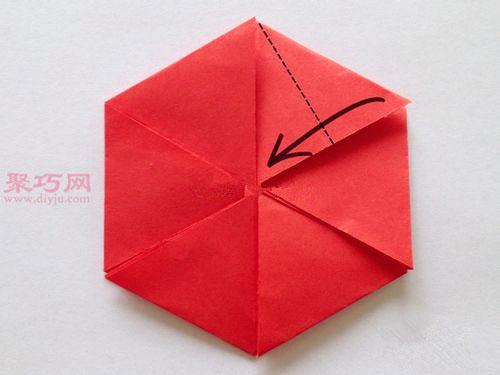 首页 手工折纸 折纸盒子  步骤6,将左边的标记点向右上方的标记点折叠