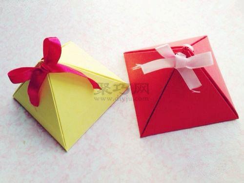个简单折纸包装盒合图解教程,这是一个用折纸制作三角形礼品盒的方法