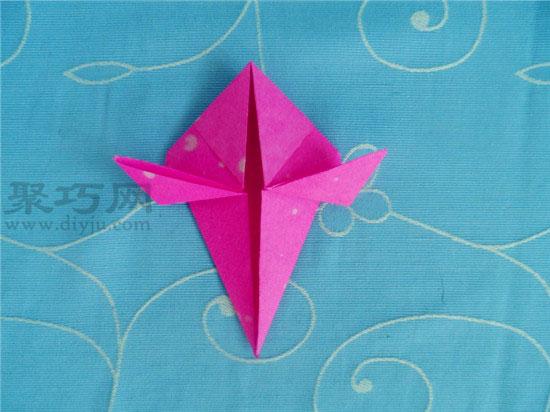 """老师按""""喜鹊折纸""""中的步骤图边讲解边进行示范"""
