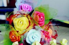 彩塑棉玫瑰花折法�D解 如何手工DIY海棉�玫瑰花