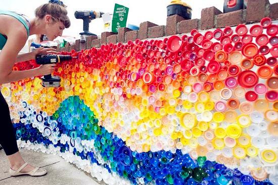 飲料瓶變廢為寶創意制作漂亮的彩虹墻