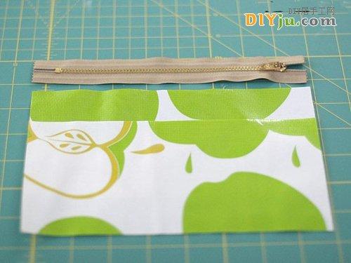 第一步將布裁剪成與拉鏈一樣的寬度