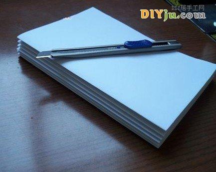 把纸张裁成制作本子大小