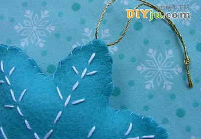 給圣誕樹小掛飾縫上系繩