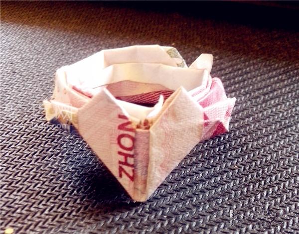 教大家怎么用钱折戒指:用钱折心形戒指折法
