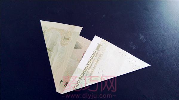 """我们每个人都希望自己的钱包里的钱总是鼓鼓的?延续聚巧网钱折纸大全图解系列,这个用钱折花步骤教大家手工折一个放在钱包里的小饰品""""财源滚滚"""",赶快跟着这个用钱折纸图解教程,折一个放在钱包里吧!"""