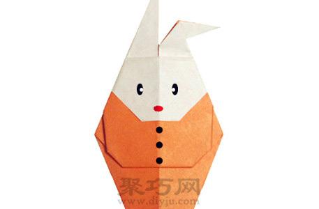 这个手工折纸小兔子的亮点是在于其穿着衣服