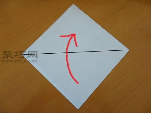 第一步:将准备好的蜗牛折纸裁剪为正方形,沿着对角线对折,折成三角形