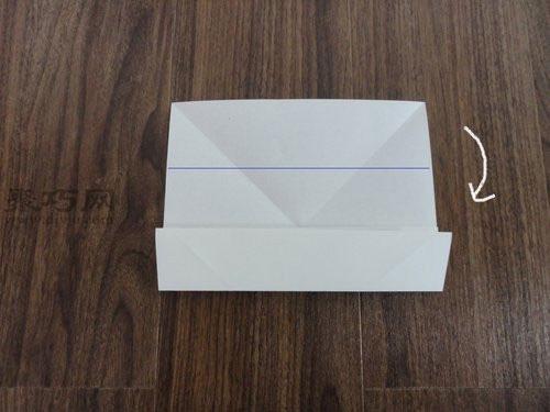 纸折蝴蝶结步骤1:首先准备一张A4折纸,左上角按照下图所示的折法,斜向下对折,右上角也一样地操作,折出个十字折痕;