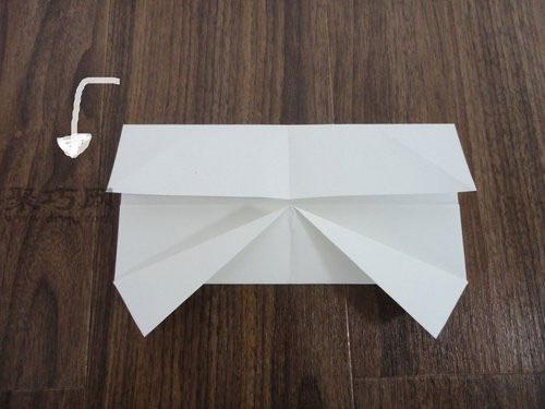 手工折纸 衣服折纸  蝴蝶的折法步骤4:沿着下图中蓝色线,即中间线