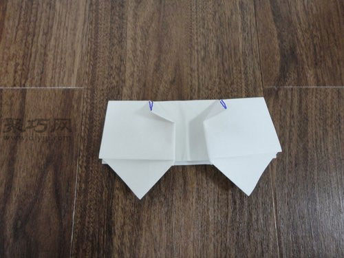 首页 手工折纸 衣服折纸   折蝴蝶结的方法步骤6:下图中蓝色线所标的