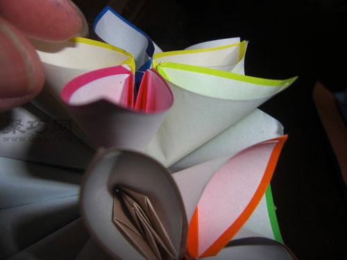 如何折花球:五瓣花球的折法图解第8步