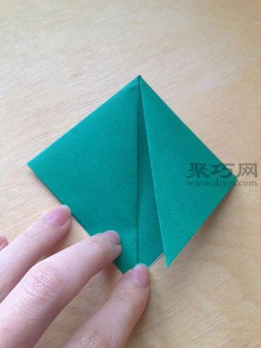 45度角分别向折叠立体乌龟步骤1中三角形的中线折叠