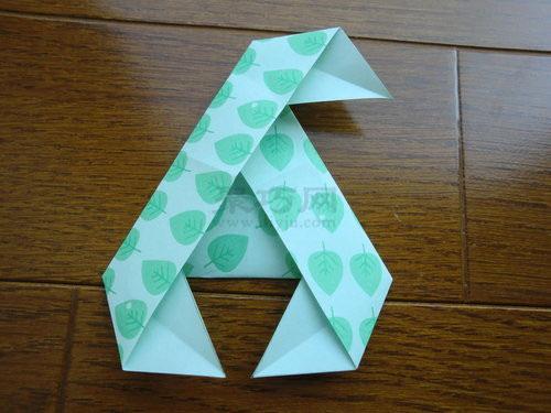折纸风车  这个三角形纸风车的折法用到的材料:一张正三角形切的折纸