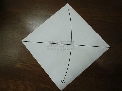 """步骤1:将折纸裁剪成正方形,沿着""""平面纸圣诞红苹果折法图1&"""