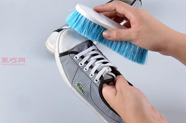 白色网球鞋脏了怎么清洗干净 刷网球鞋方法
