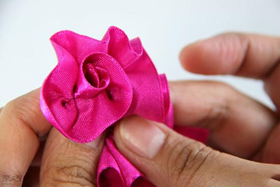 如何做玫瑰形缎带结 22