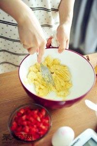 怎么做草莓香蕉麦芬纸杯蛋糕好吃2