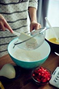 怎么做草莓香蕉麦芬纸杯蛋糕好吃4