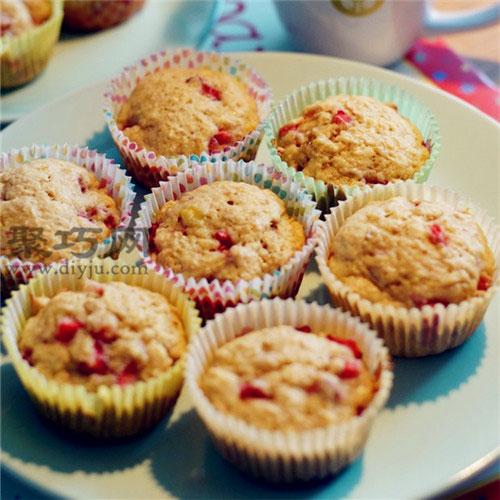 怎么做草莓香蕉麦芬纸杯蛋糕好吃 不开裂纸杯水果蛋糕做法