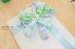 DIY礼品包装盒上丝带花最简单打法图解