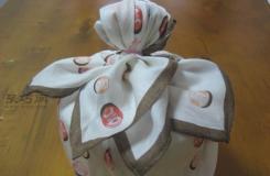 圆柱形礼物盒包装教程 教你用手帕方巾包装礼品方法