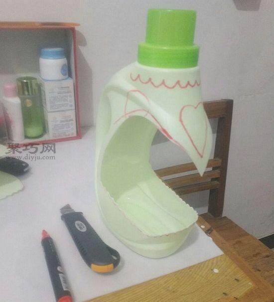 洗衣液瓶做花盆 第2步