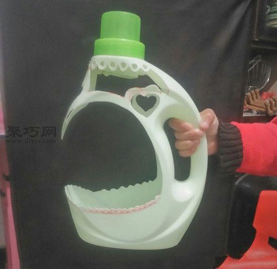 洗衣液瓶做花盆 第4步