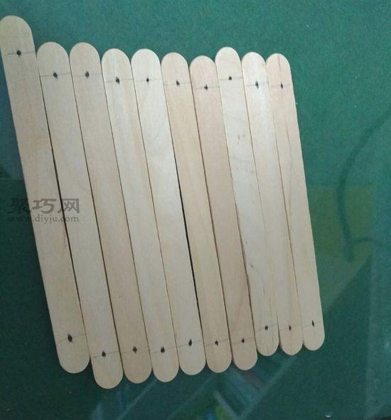 雪糕棍做简易隔热垫 第2步